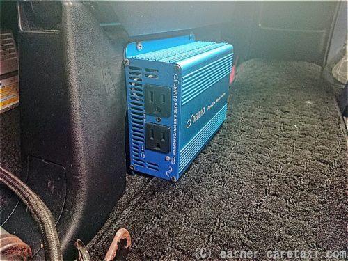 助手席サイドに取り付けた100V正弦波インバーター