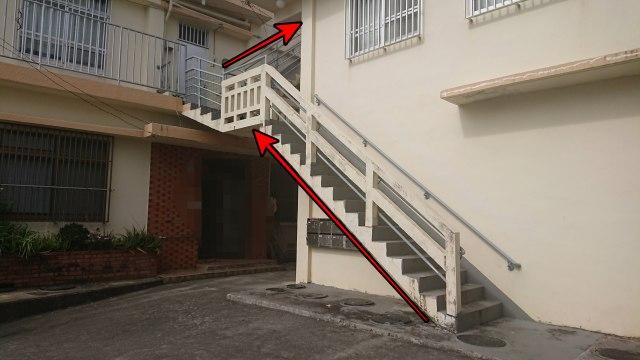 車椅子ごと階段介助を提供したノンバリアフリーのアパート