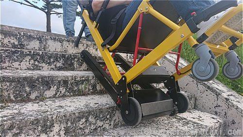 沖縄県で階段昇降機らく段のデモンストレーションを行っている最中